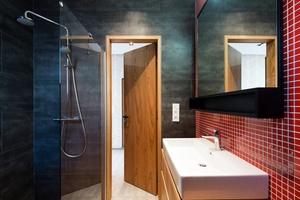 modernes, kleines Badezimmer